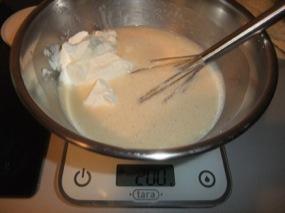 Iceberg de fromage blanc dans le mélange oeuf, lait, sucre, maïzena