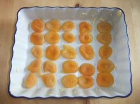 Photo du plat beurré recouvert de 1/2 abricots secs réhydratés