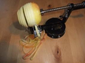 Photo d'une pomme dans l'épluche-coupe pommes