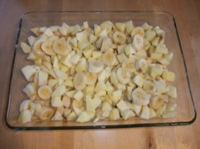 Bananes, pommes et poires dans le plat