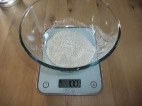 Photo d'un saladier avec 100g de farine de blé