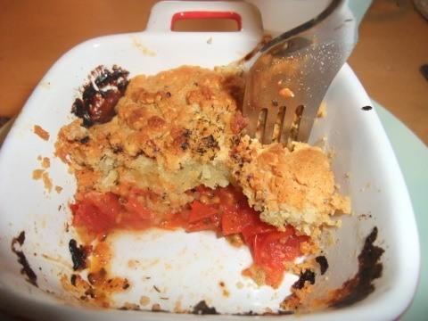 On voit bien, ici, les 2 couches avec pâte à crumble sur lit de tomates confites