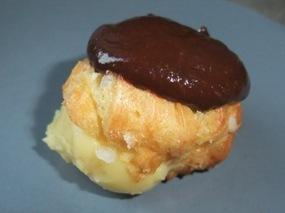 Photo d'une profiterole fourrée crème pâtissière et nappée chocolat